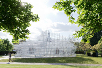 ביתן הקיץ האחרון, בתכנונו של סו פוג'ימוטו, היה להיט תיירות בלונדון (צילום: Iwan Baan)