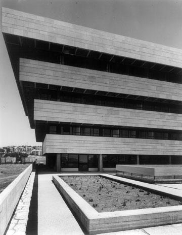 בית הספר לעבודה סוציאלית בקמפוס גבעת רם בירושלים (צילום: אלפרד ברנהיים)