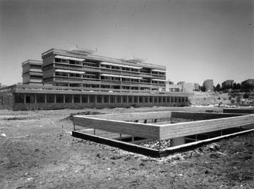 בית הספר למעולי כישרון ''בויאר'' בירושלים, 1965. תרגילים בבטון ואור (צילום: אלפרד ברנהיים)