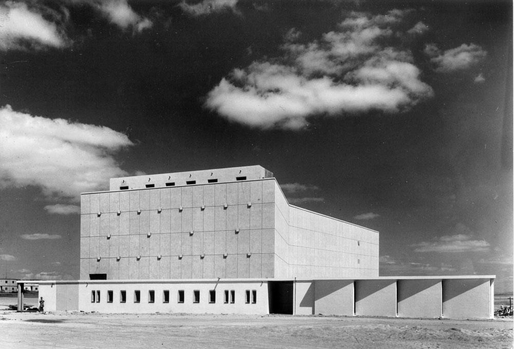 יצירת מופת אחת כבר נהרסה: קולנוע ''קרן'' בבאר שבע נחרב לטובת פרויקט מגורים אגרסיבי. תרבות אדריכלית מ-1954 לעומת נדל''ן מזורז של ימינו (באדיבות נדלר, נדלר, ביקסון, גיל אדריכלים)