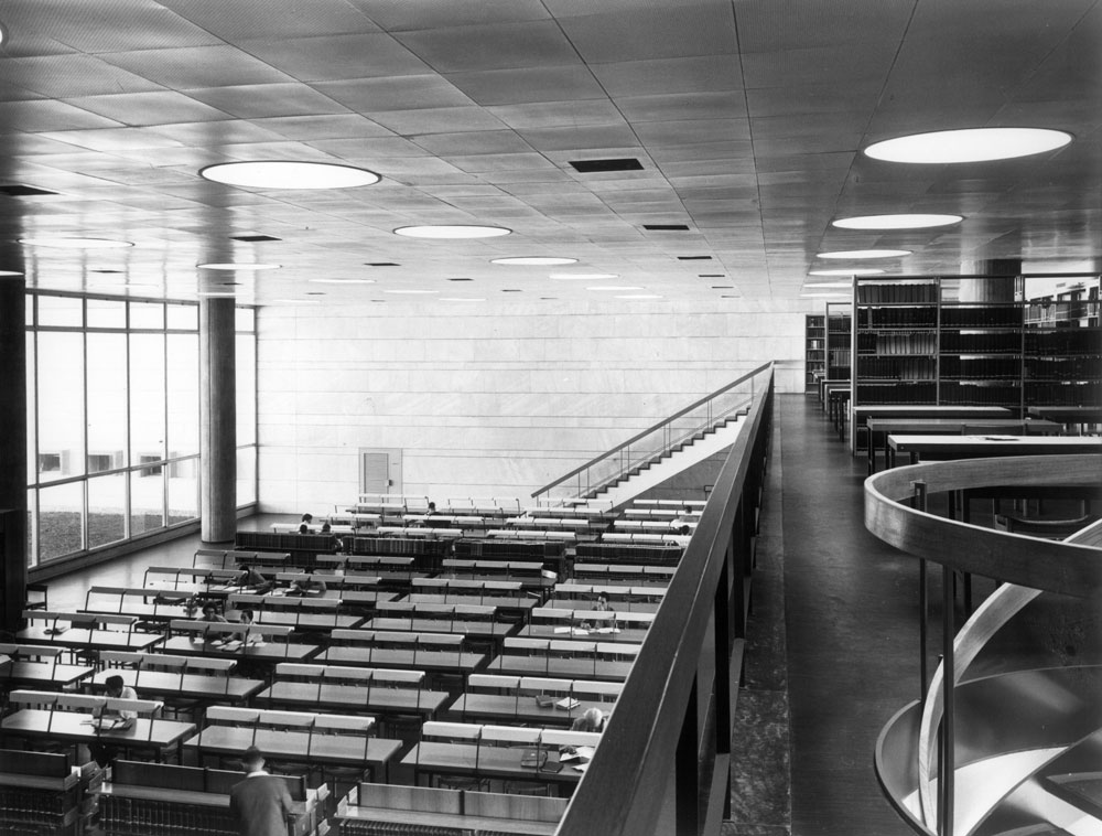 חללי-ענק מוארים מקדמים את פני הבאים לספרייה הלאומית בירושלים, כמו את הבאים לספריות הגדולות האחרות שתיכנן המשרד. על רקע המבנה המוצלח, תמוהה ההחלטה לבנות ספרייה לאומית חדשה (צילום: מרים שמיר )