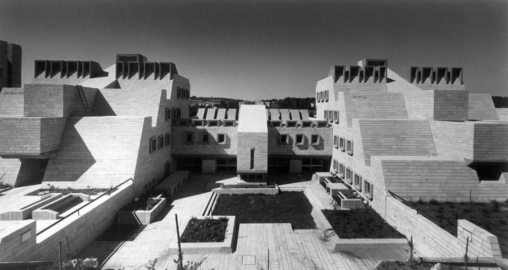 בחלק ניכר מהפרויקטים של המשרד, כמו תיכון אורט בירושלים (1978), אפשר לזהות מוטיב שמשוכפל שוב ושוב - ודגש על אור טבעי רב ככל האפשר בתוך הבניין (צילום: קרן אור)