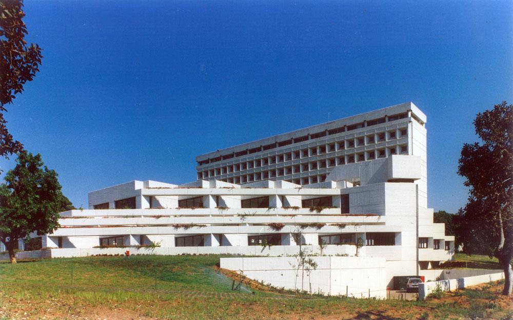 המשרד לא קפא על שמריו. בספרייה של מדעי החברה וניהול באוניברסיטת תל אביב, שנחנכה ב-1991, המקצב והצורה של הנדלרים מנסים להתעדכן ברוח הזמן (באדיבות נדלר, נדלר, ביקסון, גיל אדריכלים)