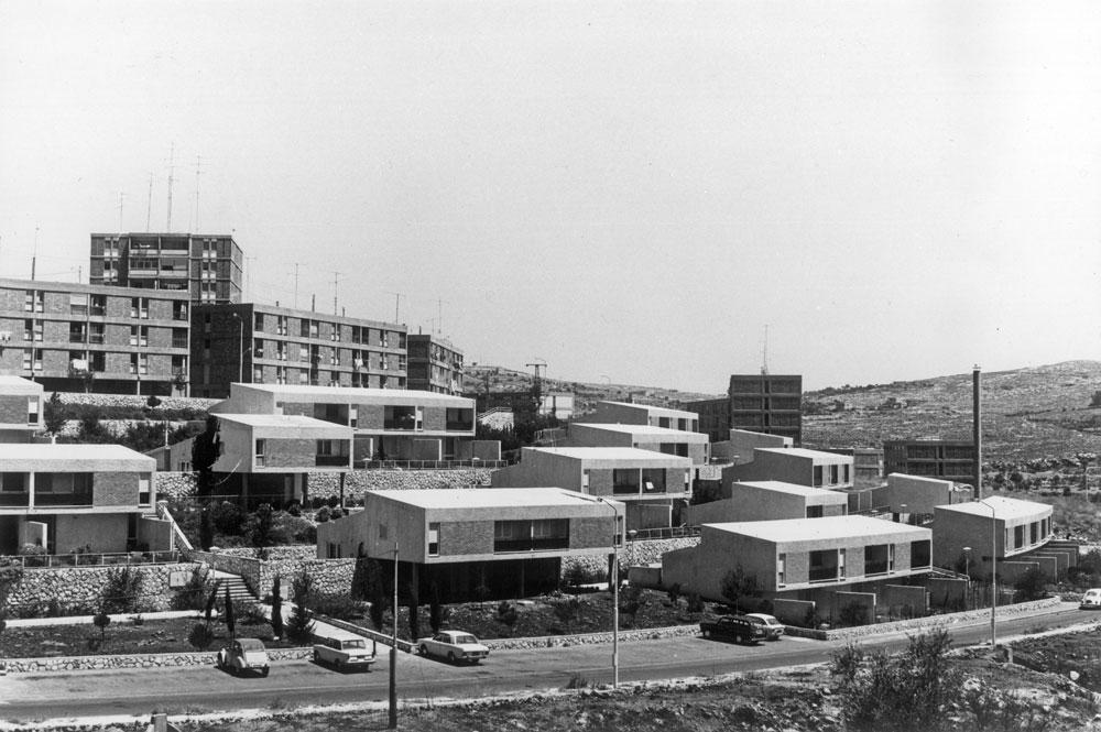 המשרד פחות ידוע בזכות שכונות מגורים, אך הוא תיכנן כאלה. בקטמון (1960), שכונה של בלוקים מדכאים, הם יצאו לשכונה מרווחת (ללא אבן ירושלמית) שמעניקה יותר מרחב ואור ונשארת צנועה במרחב (באדיבות נדלר, נדלר, ביקסון, גיל אדריכלים)