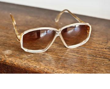 """""""מאז שכל סגנון הווינטג' נהיה פופולארי בישראל, קצת ירד לי מהם"""". משקפי שמש של קאזל  (צילום: ענבל מרמרי)"""
