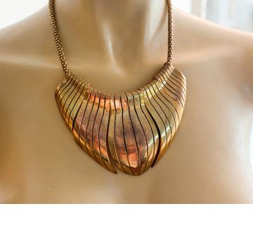 """שרשרת זהב מעוגלת. """"היתה שייכת לאשת אצולה סלובקית שחיה בפריז"""" (צילום: ענבל מרמרי)"""