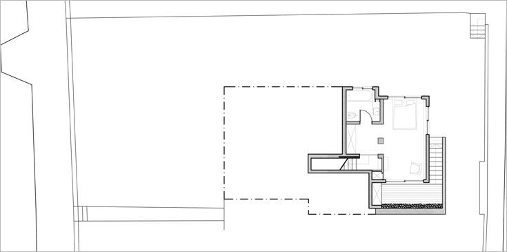 תוכנית קומת המרתף, שבה חדר הורים עם חדרי רחצה וארונות צמודים, ויציאה לחצר האנגלית (תוכנית: צח רונן)