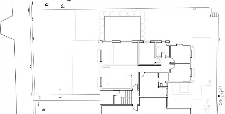 התוכנית ''לפני'': דירה פינתית בקומת הקרקע של שיכון רכבת ישן. היתרון: גינה גדולה שמקיפה אותה מסביב, בשטח של 250 מ''ר (תוכנית: צח רונן)