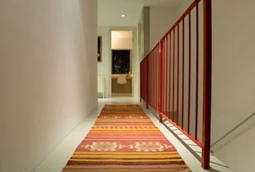 מעקה אדום מפריד בין המסדרון למדרגות היורדות מטה (צילום: רמי חכם)