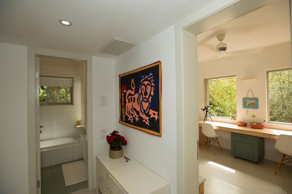 משמאל חדר הרחצה ומימין הכניסה לחדר הילדים המרווח, שנבנה עבור שניים (צילום: רמי חכם)