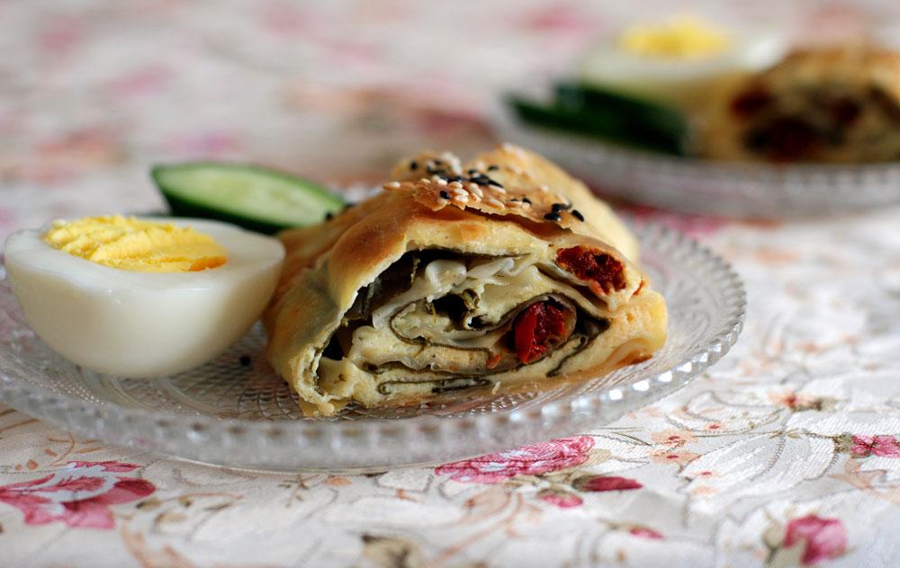 רק 135 קלוריות למנה. בורקס גבינה ותרד בבצק פילו (צילום: רחלי קרוט)