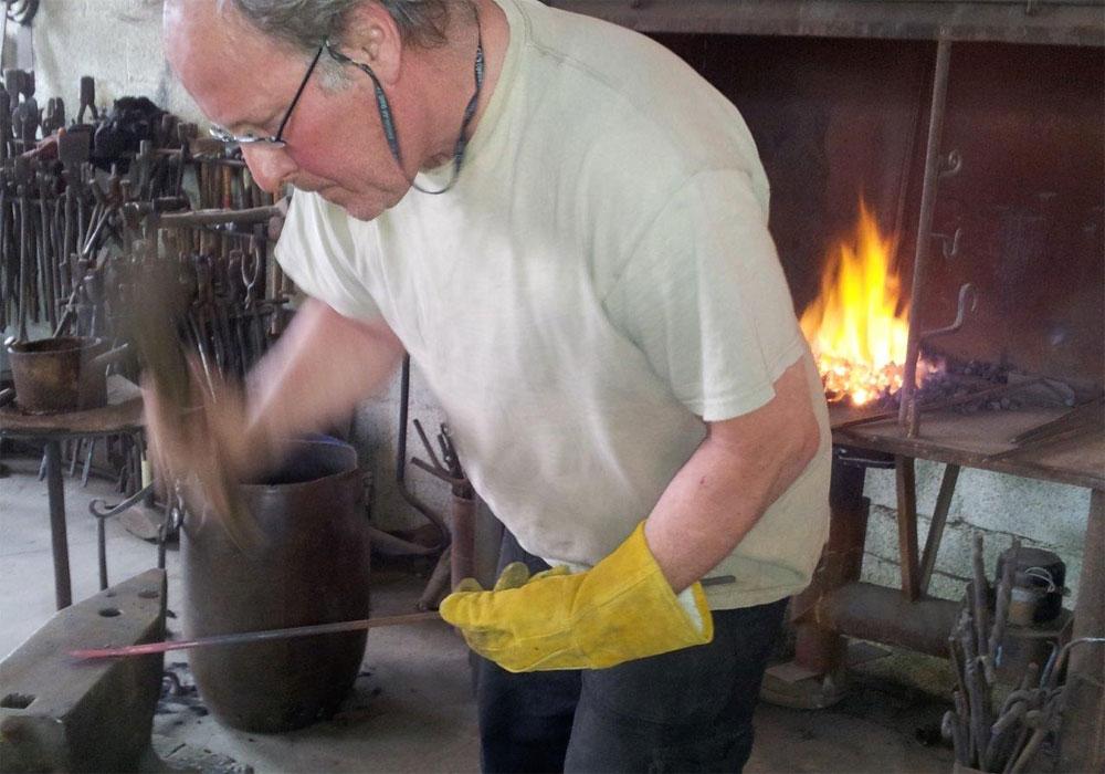 התנסות בעבודה עם ברזל. גלריית תלם (צילום: אריאלה אפללו)