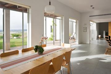 בצד אחד של הבית המטבח ופינת האוכל (צילום: שי אפשטיין)