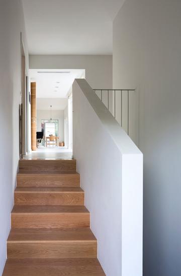מדרגות בקצה המסדרון יורדות אל הקומה התחתונה (צילום: שי אפשטיין)