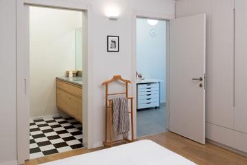 לחדר השינה פינת עבודה וחדר רחצה צמודים (צילום: שי אפשטיין)
