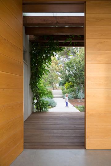 מבט מתוך הבית אל הכניסה המוצלת (צילום: שי אפשטיין)