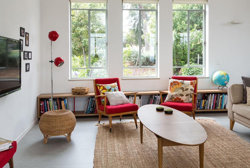 שטיח חבל מסמן את פינת הישיבה. המנורה האדומה עברה במשפחה מדור לדור (צילום: שי אפשטיין)