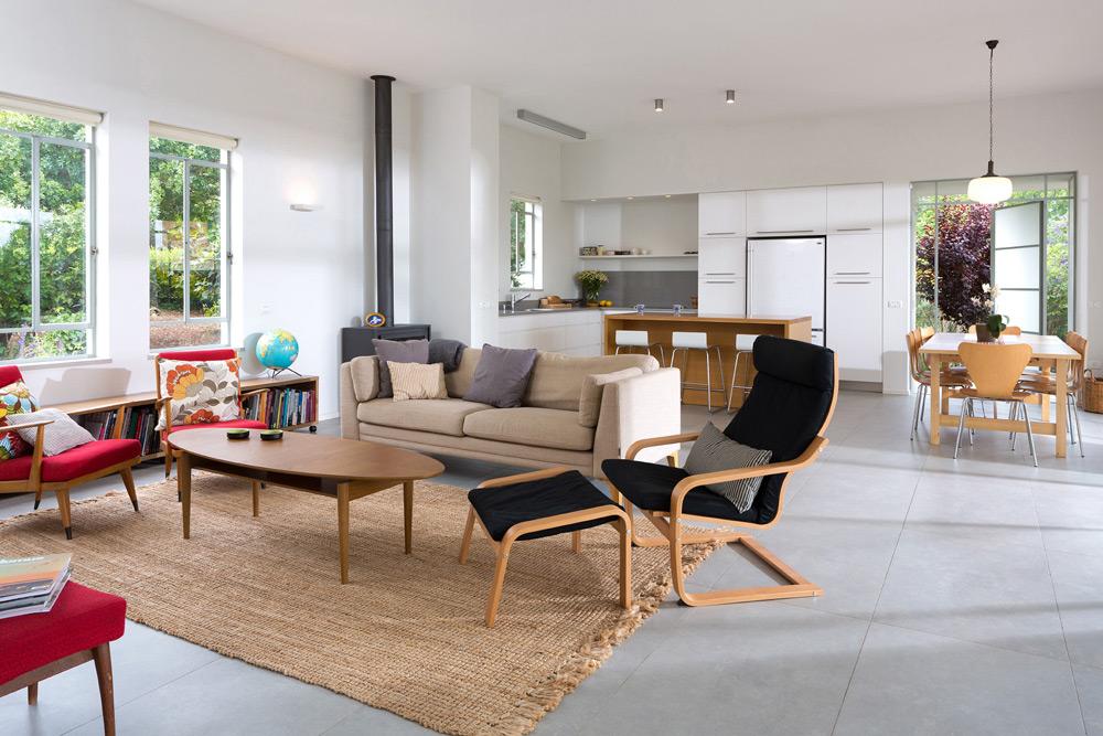 הרהיטים בסלון אקלקטיים ונינוחים. המטבח תוכנן בצורת ר', עם ארונות גבוהים שהוטמעו בקירות ונצבעו בלבן. ליד פינת האוכל דלת יציאה לגינה (צילום: שי אפשטיין)