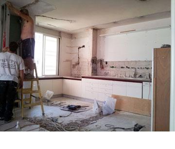 עבודות הפירוק במטבח. הארונות התחתונים הושארו