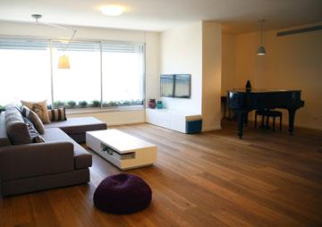 פסנתר כנף מפריד בין הסלון לאגף הפרטי יותר של הדירה (צילום: לימור הרצוג אהרוני)