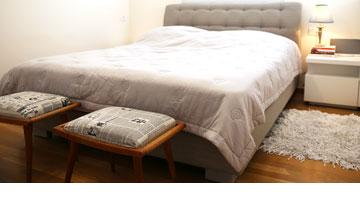 מיטה עם גב ושני שרפרפים מרופדים (צילום: לימור הרצוג אהרוני)