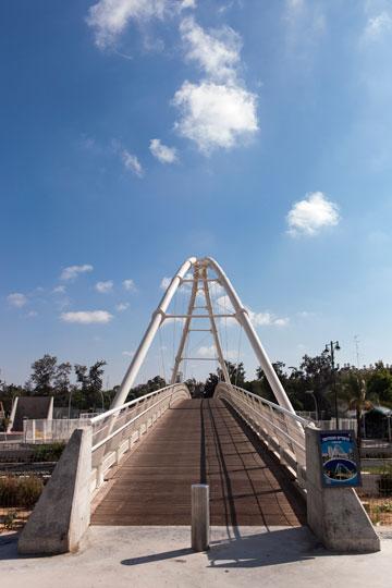 חוצים את הגשר ונכנסים (צילום: איל תגר)