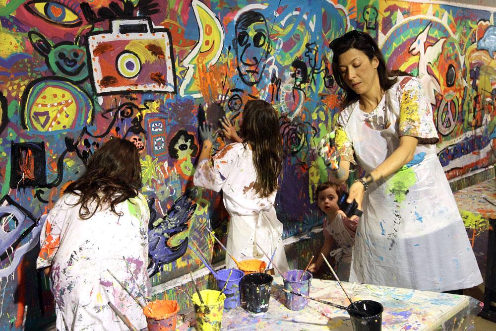 צבעים זה שמחה. אסי לוי והבנות, אתמול בבית התפוצות (צילום: רפי דלויה)