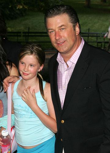 """עם האב אלק בולדווין, 2006. אמר לה: """"אין לך את השכל או ההגינות של בני אדם"""" (צילום: gettyimages)"""