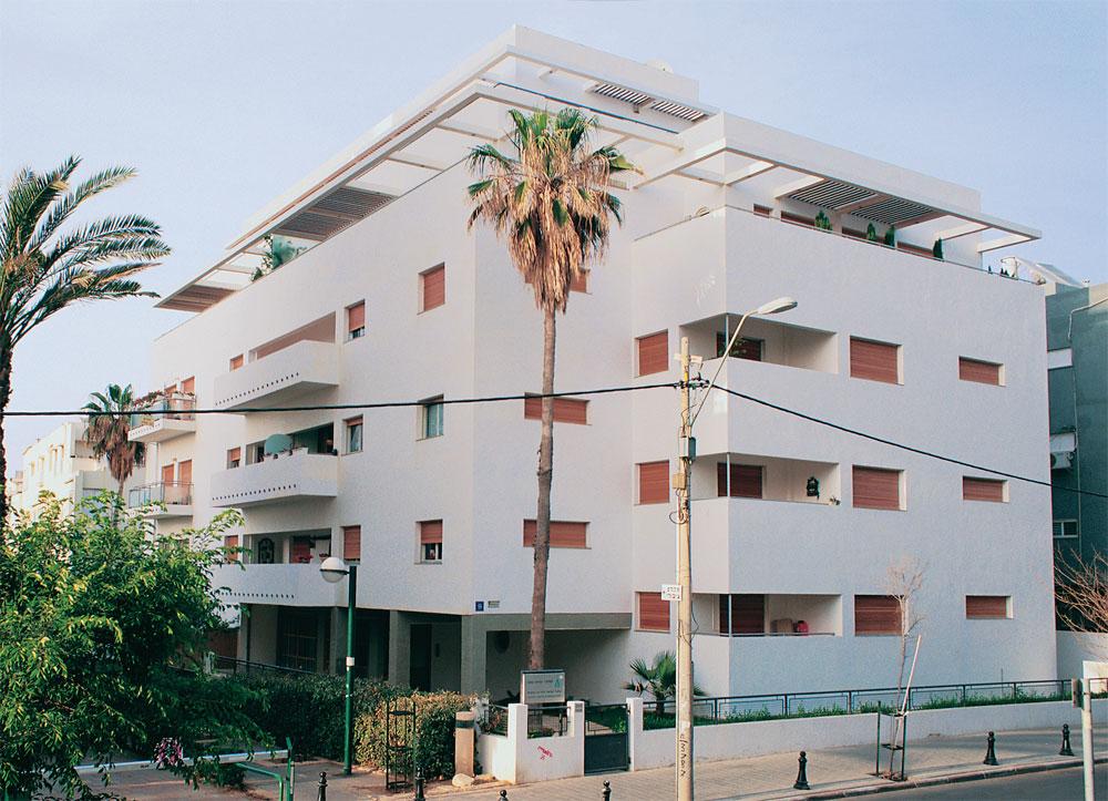 בית ברחוב גורדון 9 בתל אביב, שעבר שימור. כמו במקרים רבים בתל אביב, השימור נעשה במקביל להוספת קומות עליונות שמממנות את הפרויקט (צילום: איתמר גרינברג)