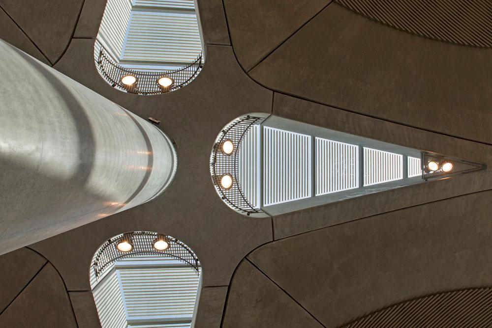 והבטון, שהוא החומר הדומיננטי בטרמינל הזה, הוא יוצא דופן לעומת רוב שדות התעופה המודרניים שעושים שימוש בפלדה. עניין של אקלים (צילום: Nigel Young , Foster and Partners)