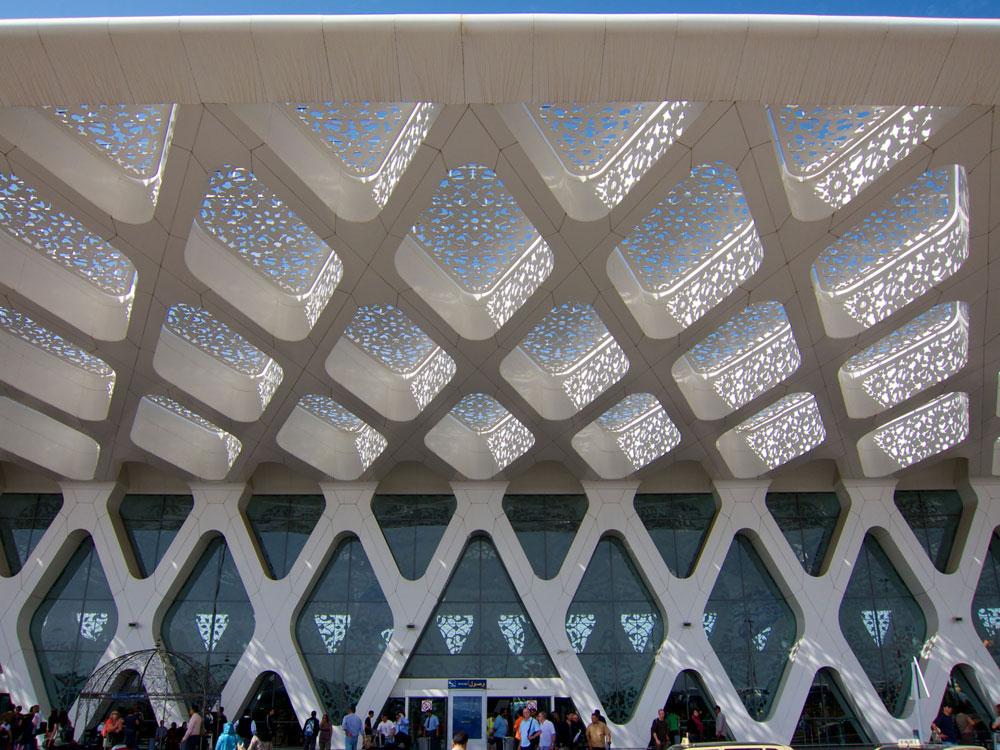 אלמנטים שנשאבו מהאמנות והאדריכלות האיסלאמית אפשר למצוא גם בשדה התעופה של מרקש. בין מעויני הבטון הוטמעה זכוכית מודפסת מעוטרת, ועל הגג יש פירמידות עם תאים סולאריים (צילום: Jason7825, cc)