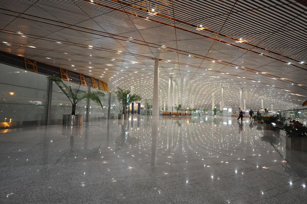 הטרמינל שנבנה בסין לקראת האולימפיאדה תוכנן במשרדו של האדריכל הבריטי הנודע, נורמן פוסטר. הקונסטרוקציה המחוררת של הגג מחדירה אור פנימה, וגם כאן ספקטרום צבעים עז של הקורות מוסיף לחוויית הנוסעים (צילום: cc, Jorge Lascar)