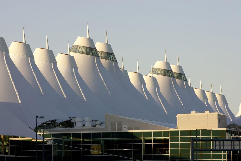 מה שנראה כמו בסיס מודיעין אי-שם הוא נמל התעופה של דנוור, אחד העמוסים בעולם והשני בשטחו בארה''ב. זהו מבנה-המתיחה הגדול בעולם (צילום: shutterstock)