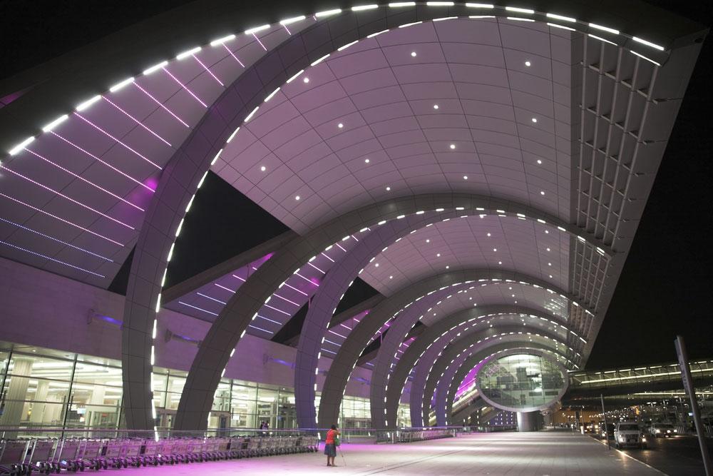 דובאי העשירה, בטרמינל של חברת התעופה Emirates, מדגישה את עוצמתה הכלכלית באחד המבנים הגדולים בעולם. אורכו של הטרמינל הוא קילומטר וחצי (צילום: shutterstock)
