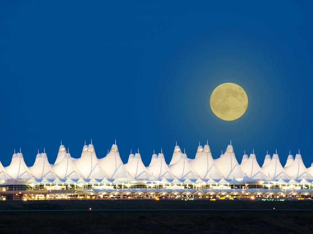 אוהלים מסוג אחר לגמרי: שדה התעופה המפורסם של דנוור, קולורדו. כאן, האוהלים הלבנים שמזדקרים לכל אורכו מאזכרים את הרי הרוקי המושלגים (צילום: shutterstock)