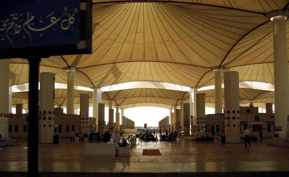 שדה התעופה של ג'דה, שקולט מיליוני מוסלמים שעולים לרגל למכה, משקף גם הוא את המסורת הבדואית של חצי האי ערב. ה''אוהל'' גם עוזר לשמור על טמפרטורה סבירה ביחס לחום הקיצוני השורר בחוץ (צילום: IFC Infrastructure, cc)