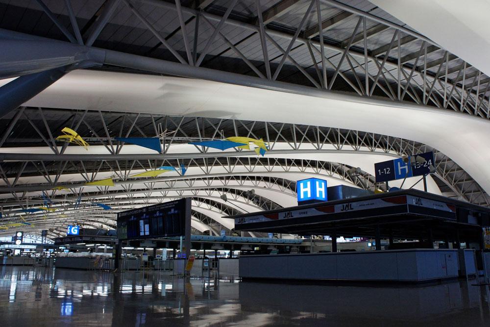 אחד הפרויקטים ההנדסיים המורכבים שנעשו אי-פעם: שדה התעופה קנסאי באוסקה, יפן, נבנה על אי מלאכותי כשהוא נתמך על ידי יותר ממיליון עמודים. 82 אלף פאנלי נירוסטה מחפים את הקונסטרוקציה הזו (צילום: 663highland, cc)