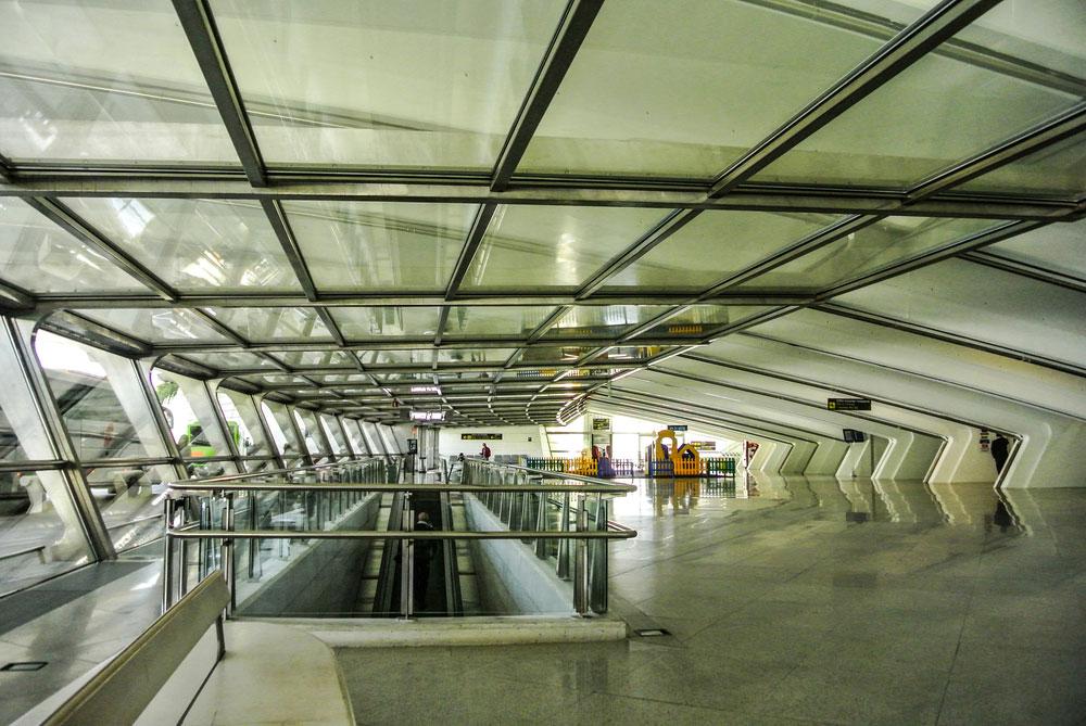 כמו הרבה יצירות של קלטראווה, גם שדה התעופה זכה לכינוי פיוטי: ''היונה''. שילובים של בטון לבן וזכוכית, עם שתי כנפיים ענקיות וקצה מחודד במרכזן (צילום: Ander-Dylan/shutterstock)