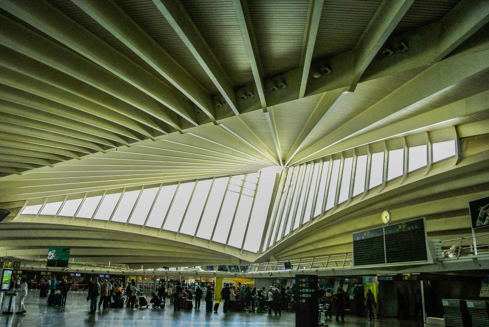 בילבאו, העיר שהפכה למוקד עלייה לרגל בזכות מוזיאון גוגנהיים של פרנק גרי, הזמינה את סנטיאגו קלטראווה (גשר המיתרים בירושלים ובפתח תקווה) לתכנן לה את הטרמינל לפני כעשור (צילום: Ander-Dylan/shutterstock)