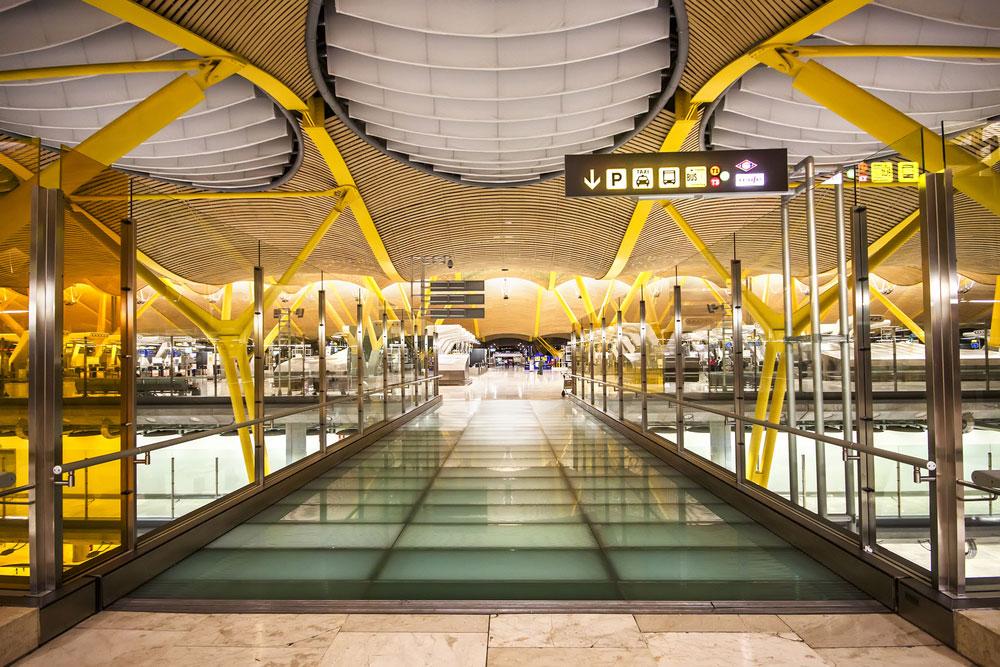 מיד אחרי הנחיתה, המפגש הראשון של התיירים עם המדינה המארחת נעשה דרך שורה אינסופית של תקרות במבוק המוחזקות בעמודי פלדה, בצבעי ירוק-צהוב מהפנטים (צילום: Marques/shutterstock)