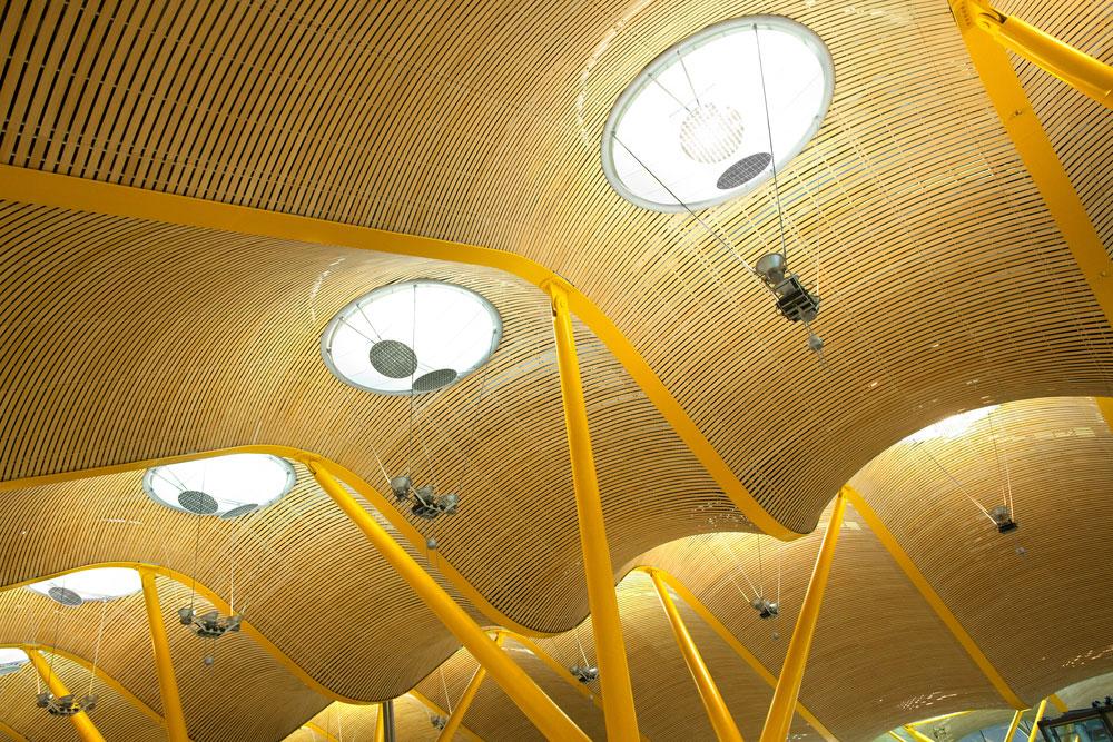 שער הכניסה לספרד, Barajas במדריד, הפך לפני שבע שנים לאחד הבולטים בעולם בזכות הטרמינל שתיכנן ריצ'רד רוג'רס (מרכז פומפידו בפריז, בין עבודותיו) (צילום: shutterstock)