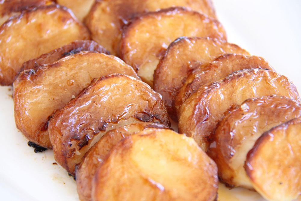 תפוחי אדמה בתנור ברוטב ברביקיו וסויה (צילום: אסנת לסטר)