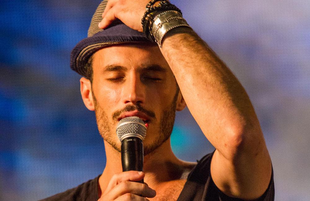 """""""יש לי כל מיני דברים של היהדות שאני אומר בסודי סודות לפני שאני עולה לבמה"""". נתן גושן (צילום: אבי נישינבר)"""