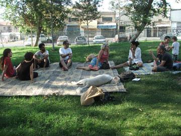 סיגלית לנדאו (במרכז) בפיקניק של התושבים הנאבקים. מדוע פונו בעצם האמנים? (צילום: עילם טייכר )