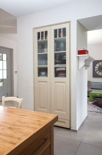 ארון מזווה שנסגר בשתי דלתות ישנות ששופצו. בין המטבח לחדר המשפחה יש מעבר פרקטי לבני הבית (צילום: שירן כרמל )