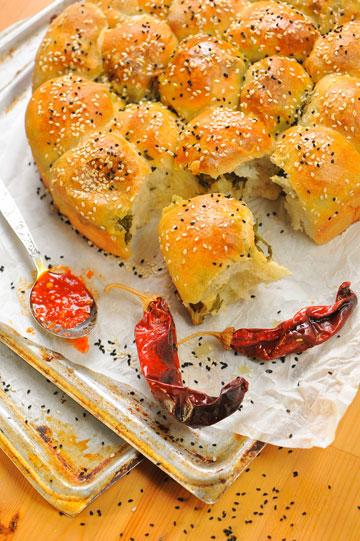 מאפה כדורי שמרים במילוי תרד, בצל וצנוברים (צילום: דודו אזולאי)