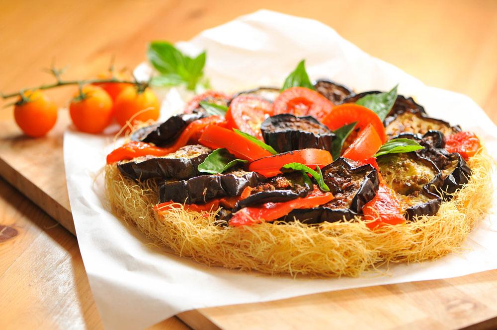 מאפה קדאיף עם ירקות קלויים ובזיליקום (צילום: דודו אזולאי)
