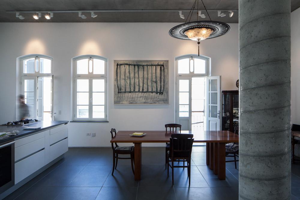 בין חלון לחלון תלתה מעט יצירות אמנות, שאהובות עליה במיוחד. על הקיר ליד פינת האוכל: ציור של משה קופפרמן (צילום: טל ניסים)