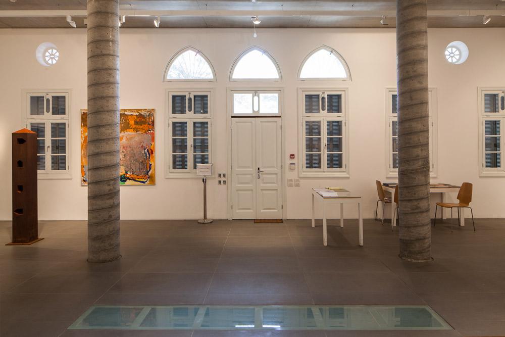 משמאל: ציור של לאה ניקל ולידו פסל של מיכה אולמן. הגוונים השולטים בתוך הבית הם גם אלה ששולטים בחזיתות: לבן ואפור  (צילום: טל ניסים)