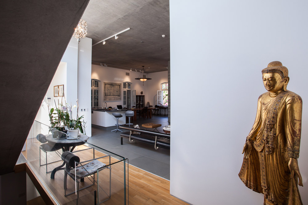 מבט מהמדרגות לכיוון חדר המגורים הגדול והפתוח. ליד הכניסה - שני רישומים על נייר של נחום גוטמן, שתיאר את הסביבה. מוזיאון נחום גוטמן נמצא לא רחוק מהבית (צילום: טל ניסים)